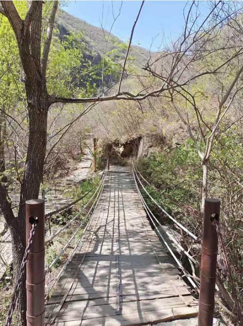 春暖花开踏青季 来北京双龙峡乘坐小火车感受如诗的美景