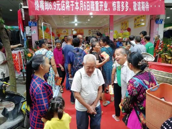馋嘴郎重庆零食加盟店开业生意火爆,当日营业额高达19000元,现场人气爆棚