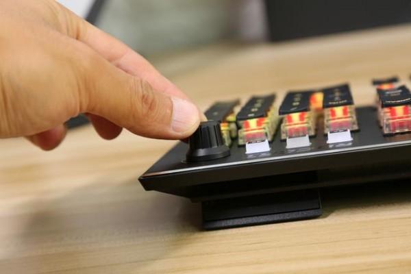 有信仰的电竞桌面要有与众不同的光:冰豹Vulcan121全彩机械键盘