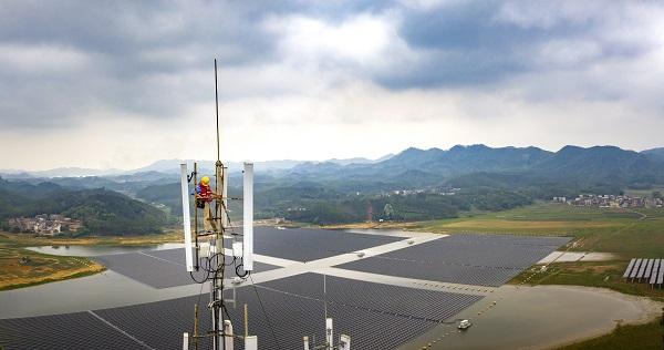 移动公司在乡镇架设5G基站助力乡村振兴.jpg